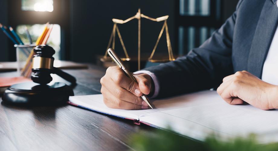 Präventive Sanierung – Die Anpassungen im StaRUG, Anwalt unterschreibt Vertrag