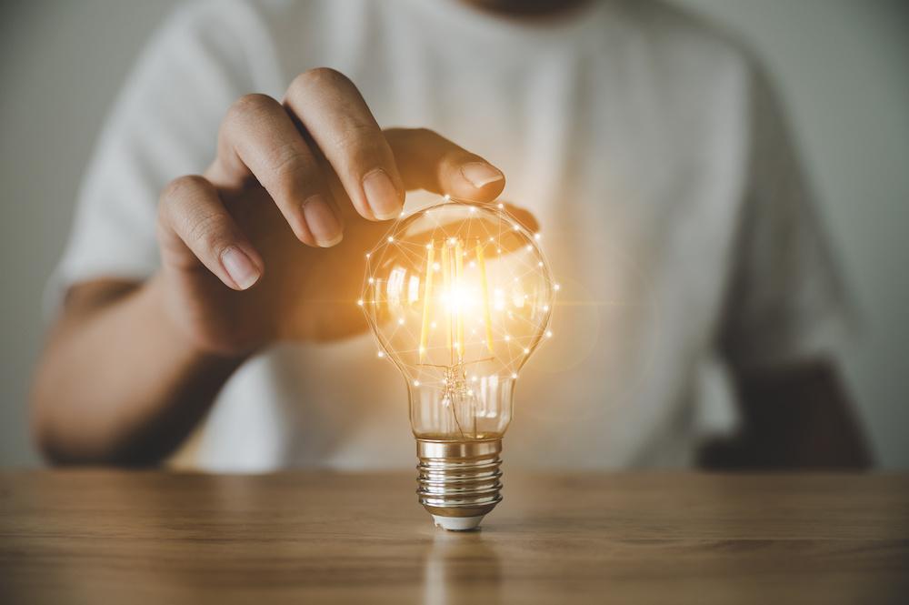 Know-how Schutz - Segen und Fluch zugleich? - Leuchtende Glühbirne